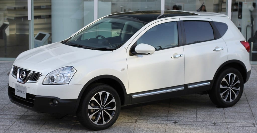 Nissan Dualis white side view