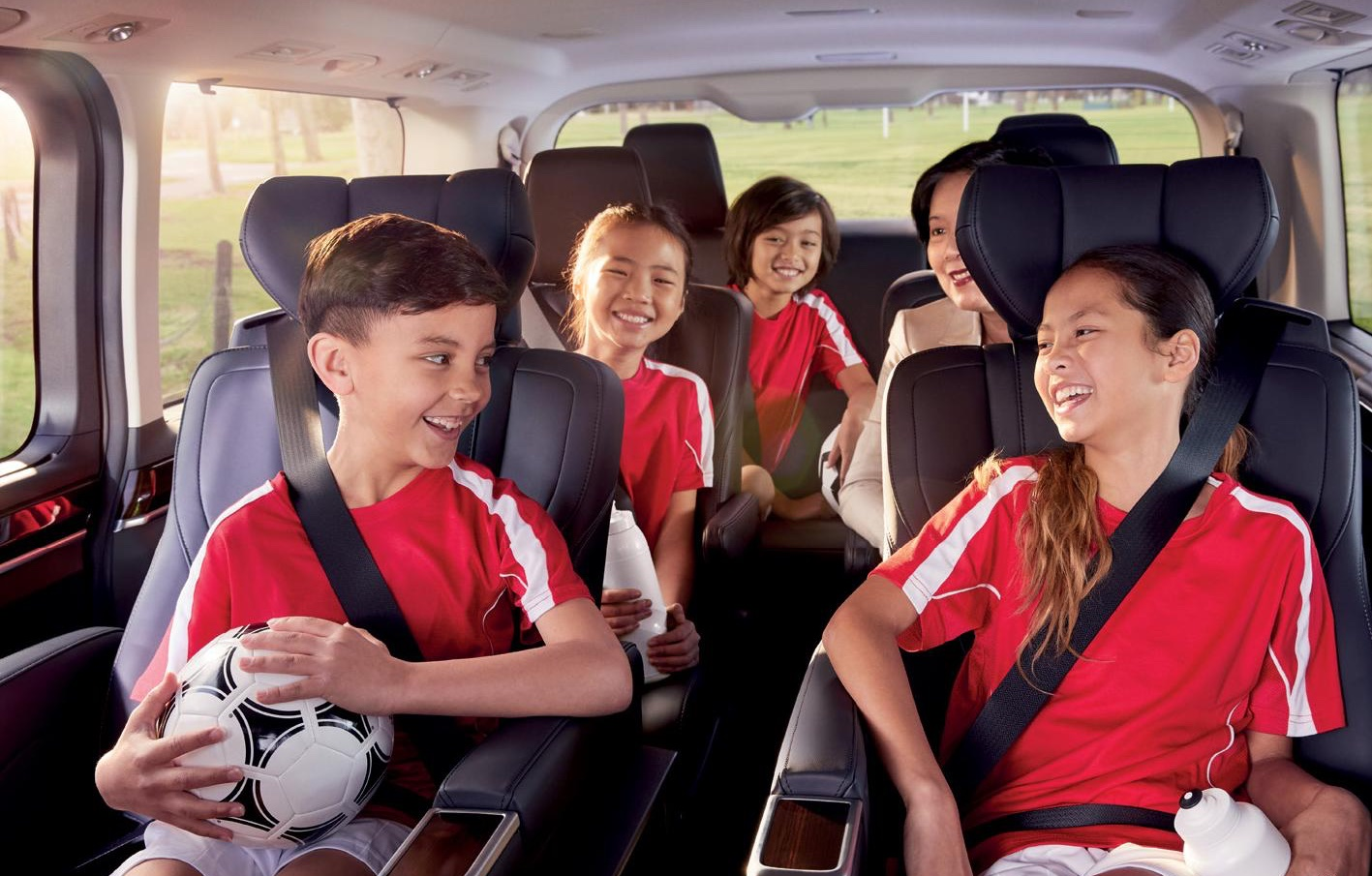 Toyota_Granvia_People_Mover_Interior_Children_red_shirts_laughing